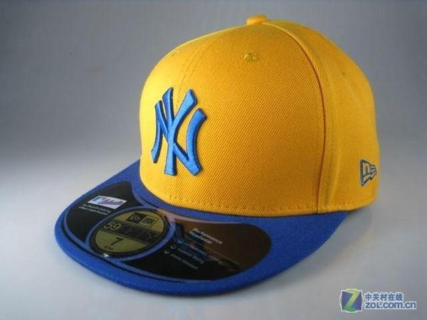 《ny的帽子左边的标志应该是什么,后面打棒球的标志下面有字幕吗? 》